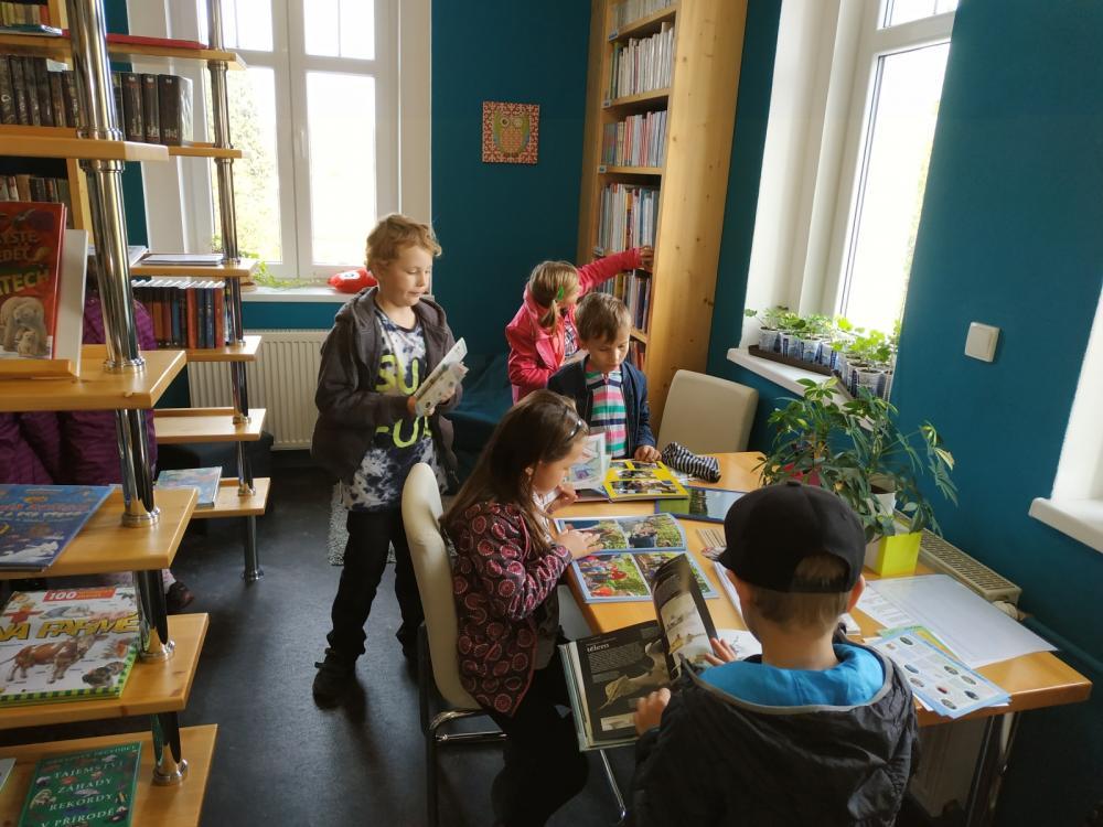 Děti ze ZŠ Kozolupy v knihovně 11.10.
